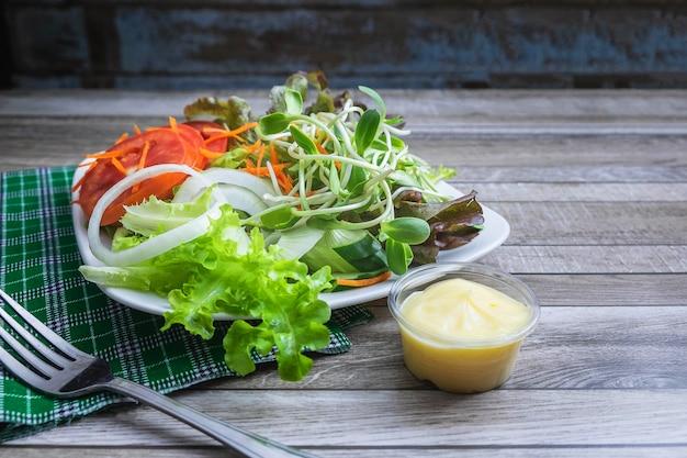 テーブルの上の健康野菜のサラダ
