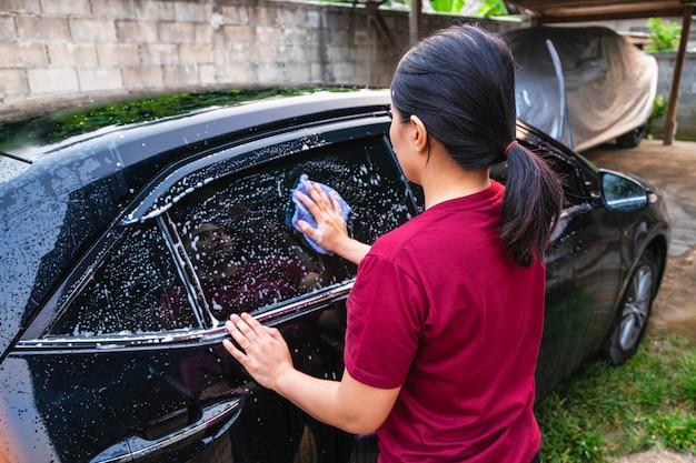 車を洗う女性