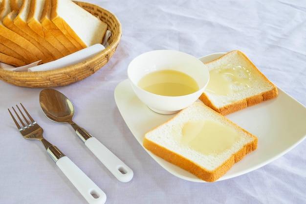 Хлеб и сгущенное молоко с сахаром на столе