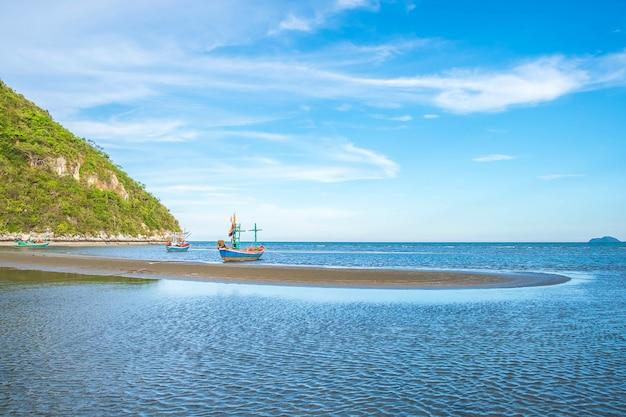 美しい海の景色とボート夏