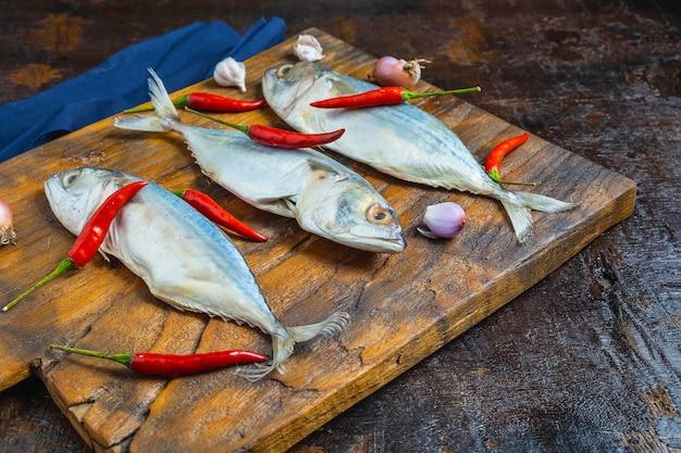 木製のまな板にサバの魚