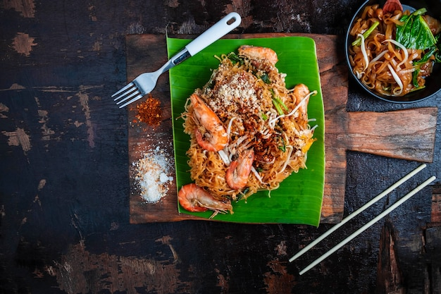Тайская еда тайская жареная лапша на деревянный стол