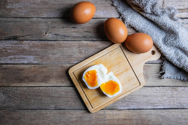 ゆで卵と生卵の木製のテーブル