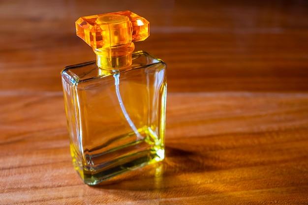 Духи в красивой золотой бутылке