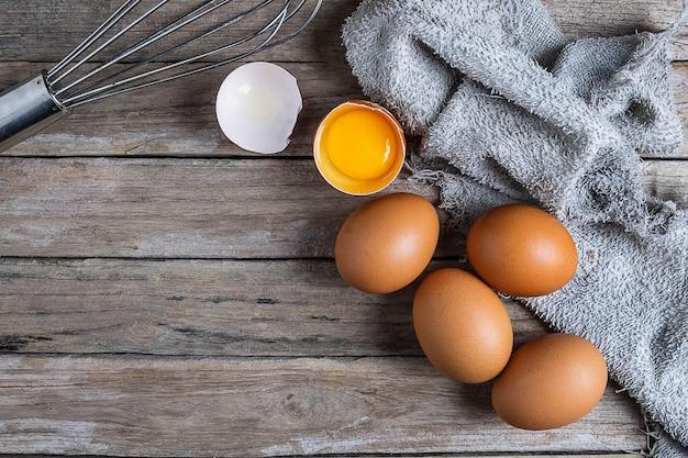 新鮮な生卵、木製のテーブル