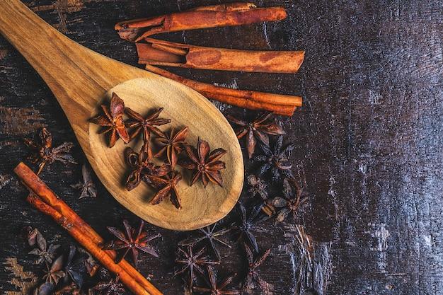 Корица специи и звездчатого аниса, используемые в кулинарии