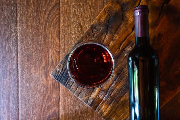 ワイングラスとワインのボトル、木製のテーブル