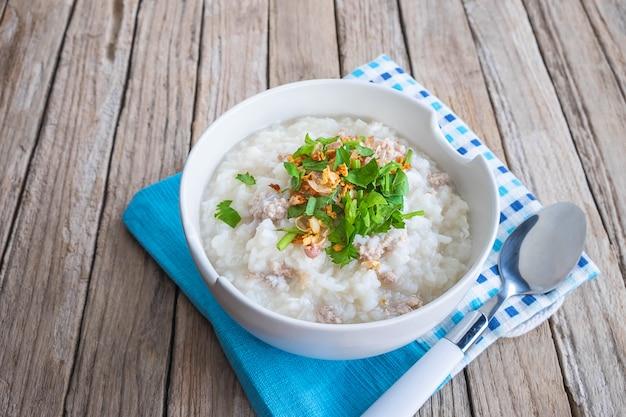 Завтрак рисовая каша на деревянном столе