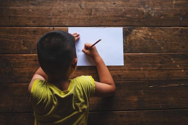 男の子は学習について強調されています。