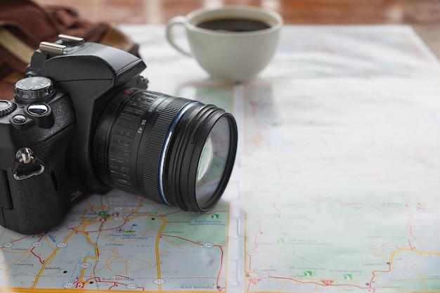 旅行計画のアイデアを持つ地図とカメラ