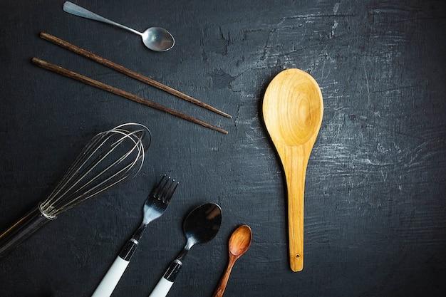 黒の背景に設定の台所用品