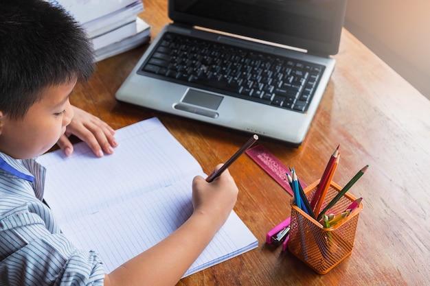 Мальчик делает домашнее задание