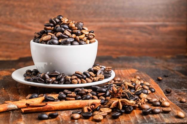 Кофе в зернах в чашке на столе