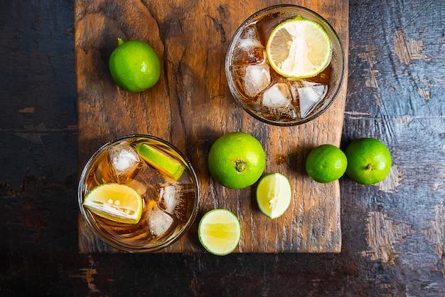アイスレモンティーと木製のテーブルの上のレモン