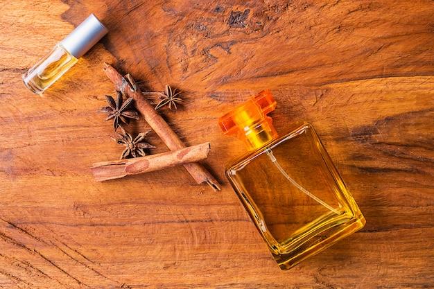木製の背景に香水瓶