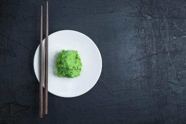 黒い背景に日本のわさび食品