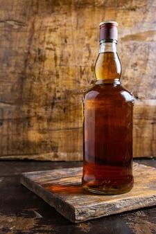 木製のテーブルに酒と酒瓶