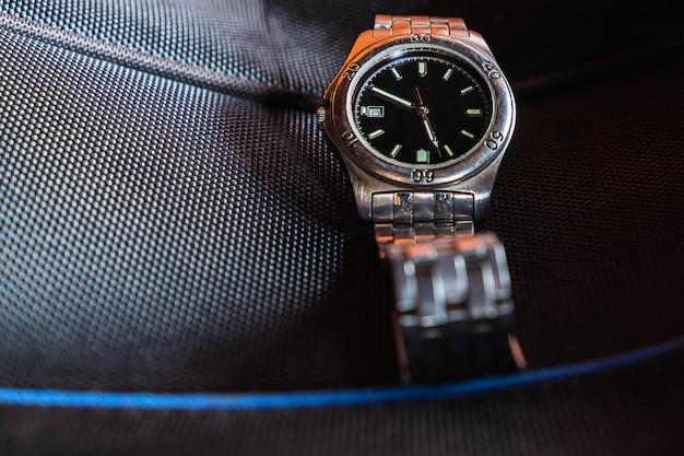 黒い背景にステンレス製の時計