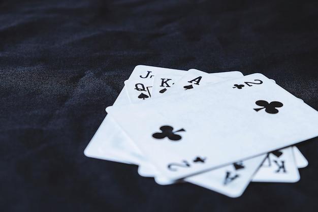 黒い布の背景にギャンブルカード