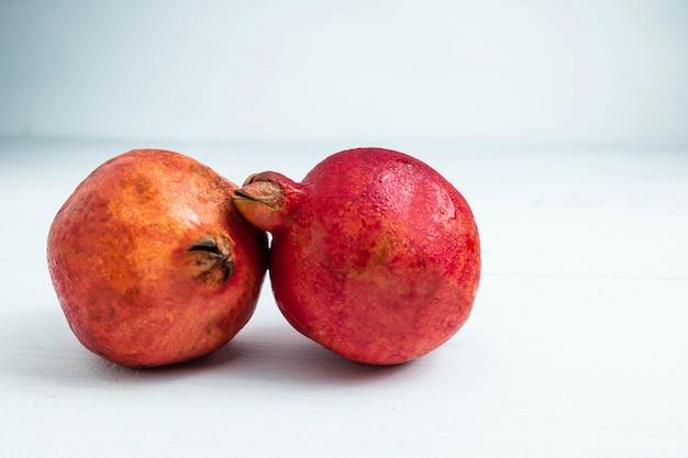 白い背景の上のザクロの果実