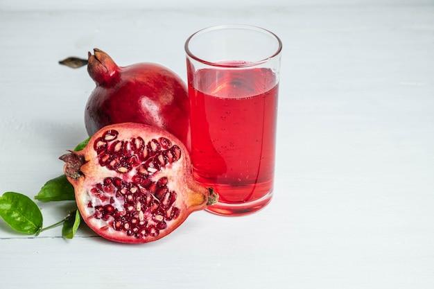 健康のためのザクロの果実とザクロのジュース