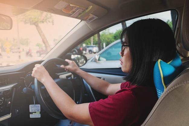 車を運転して働く女性