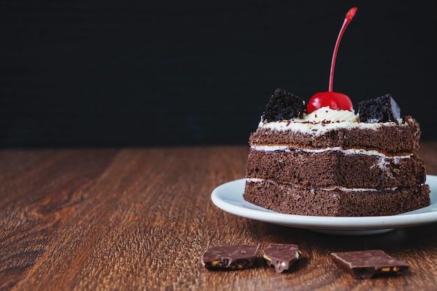 木製のテーブルにチョコレートケーキ