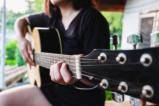 クラシックギターを弾く女性ミュージシャン