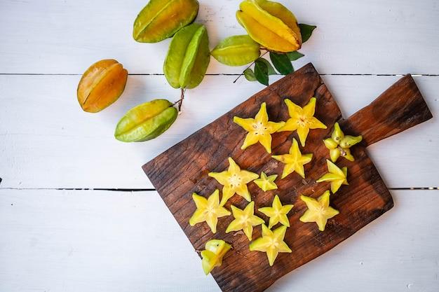 Звездные фрукты на белом столе