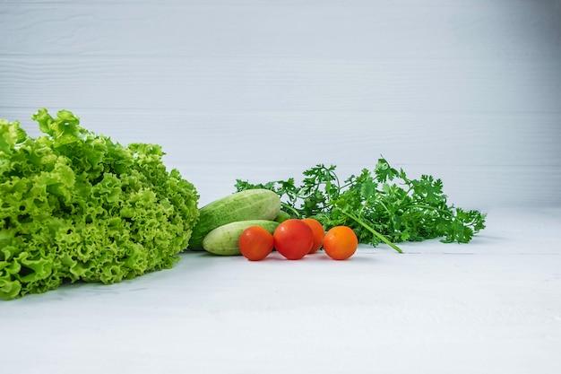 健康食品。白い木製の背景に野菜