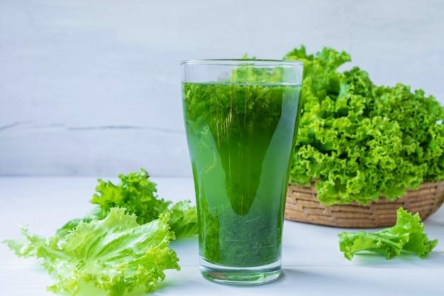 健康のための新鮮な野菜ジュース