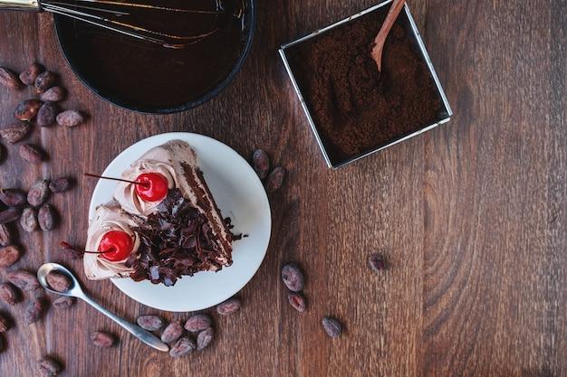 Кусочек шоколадного чизкейка на тарелке, вид сверху