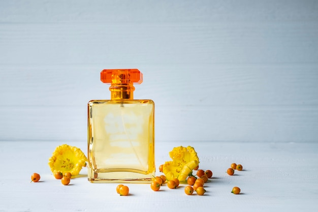 Парфюмерно-парфюмерные флаконы с желтыми цветами