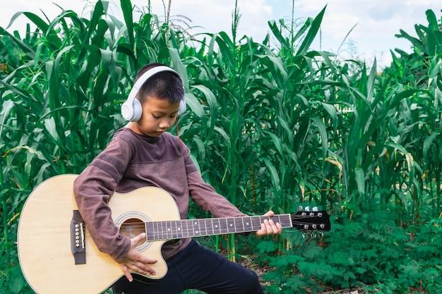 ギターを弾くミュージシャン