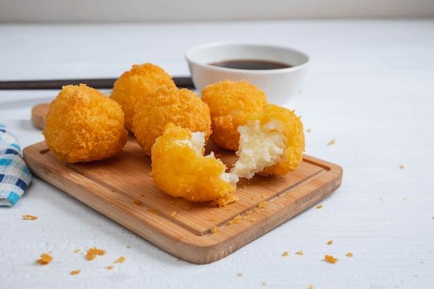 Желтый вкусный жареный шариковый сыр