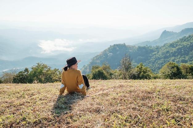 Девушка путешествует в горах одна