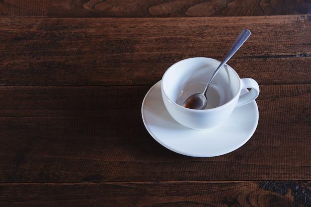 木製のテーブルに空のコーヒーカップ