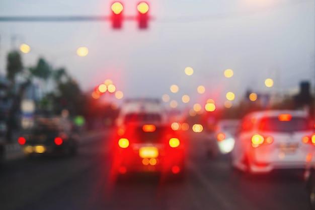 Размытые изображения автомобилей на дороге