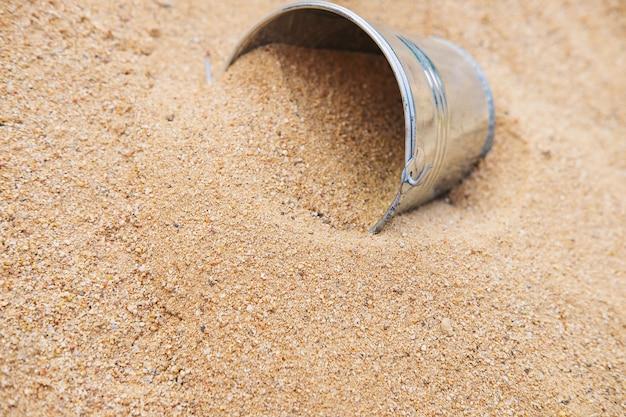 砂の山のバケツ