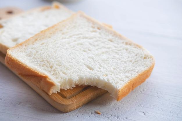 テーブルの上のパン