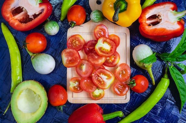 ハーフカットトマトの背景と健康的な野菜。
