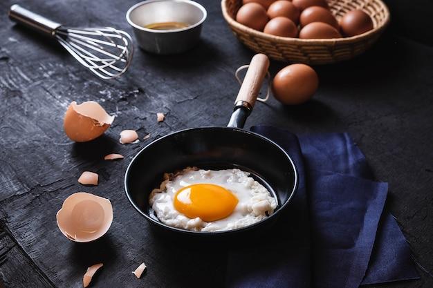 料理の揚げた卵パンで