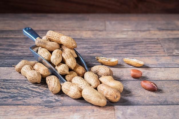 木製の床にシェルのピーナッツ