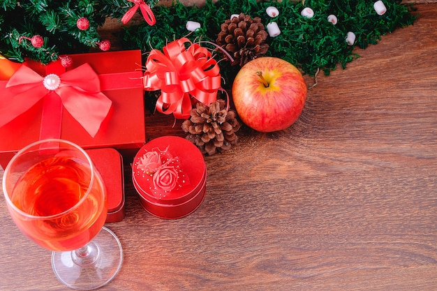 クリスマスのワイングラスとギフトボックス
