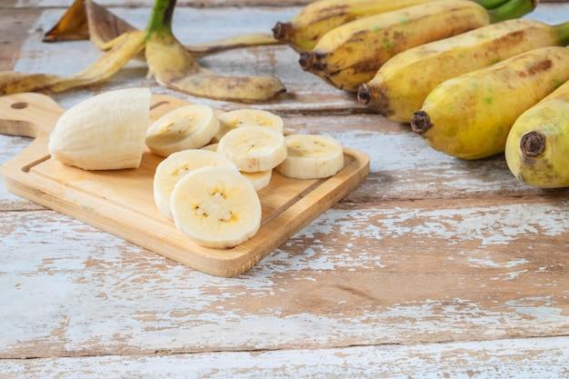 木の背景に新鮮なバナナ