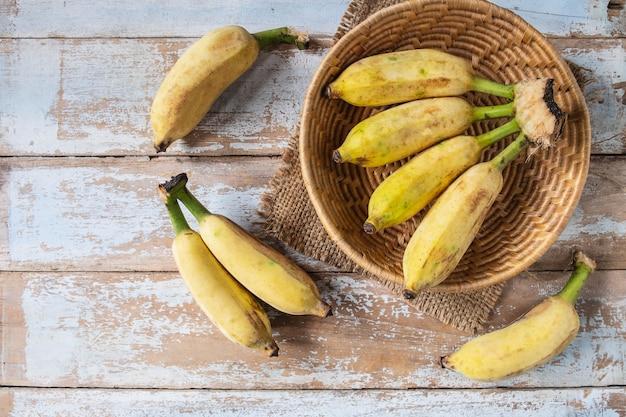 バスケットの有機バナナ