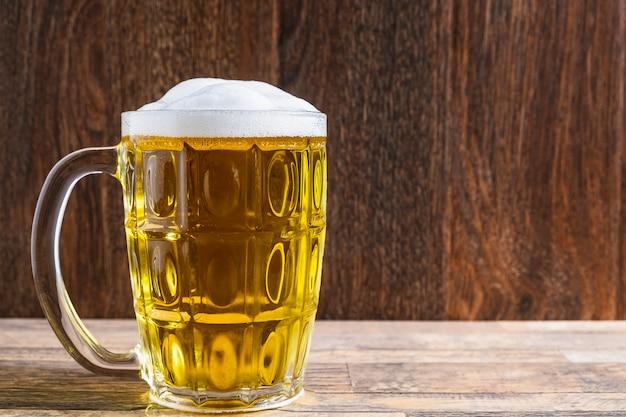 テーブルのビールグラス