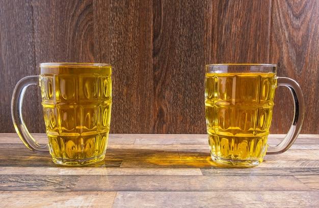 テーブルの上のビールグラス