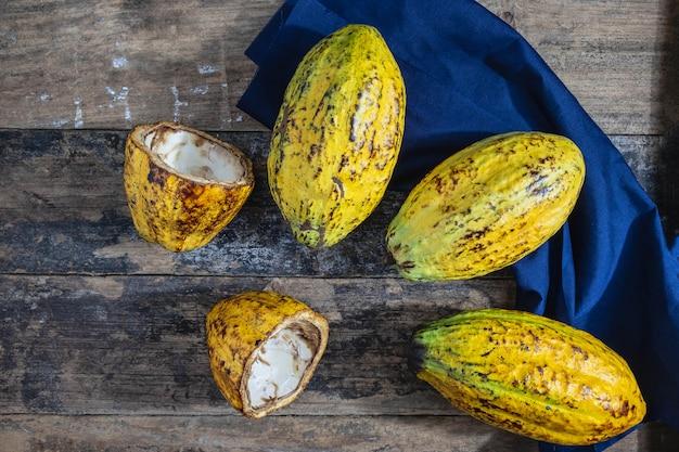 木製の背景に新鮮なココアフルーツ