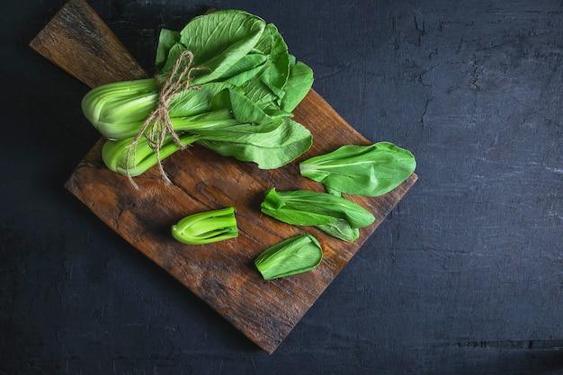 新鮮な野菜の白菜の木製テーブル